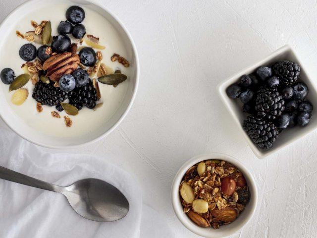 υγιεινή συνταγή γιαούρτι με βατόμουρα και ροδάκινα